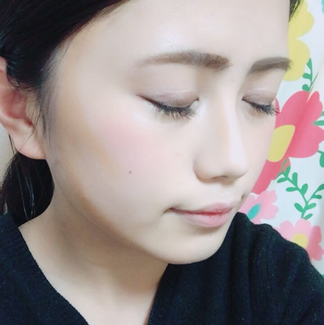 順番が前後しますm(_ _)m  顔に影を作り小顔に見せます♡ その時にハイライトも おでこ、目の下、眉下、鼻筋、顎下に入れます!