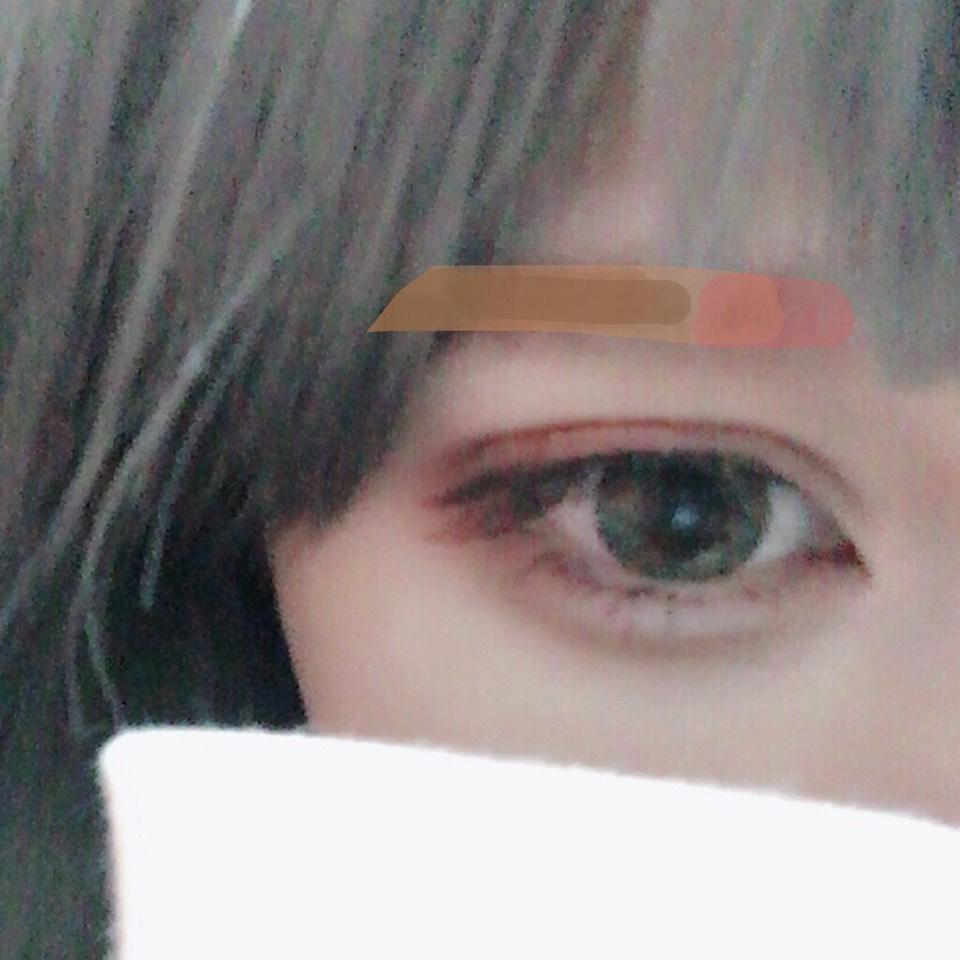 眉毛は細め並行に書きます! 眉頭にアディクションの赤を入れてアイメイクの雰囲気に合わせます。