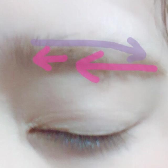 アイブローマスカラ ①ピンク 逆毛を立てるように ②紫 毛並みを整えるように塗る  ⚠️肌につかないように塗ります。肌についたら時間がたつにつれて黒くなります