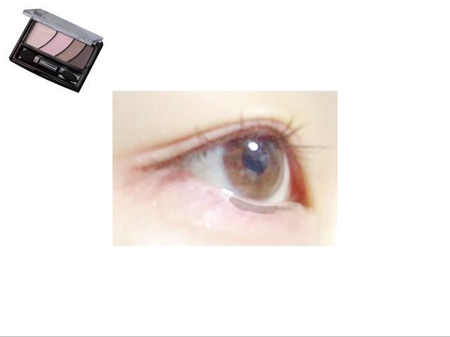 右から二番目の薄茶色を黒目の下に塗る