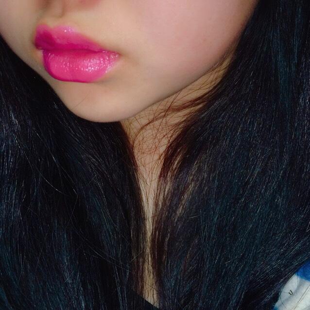青みかかったピンクの口紅の上に薄く赤の口紅を重ねる