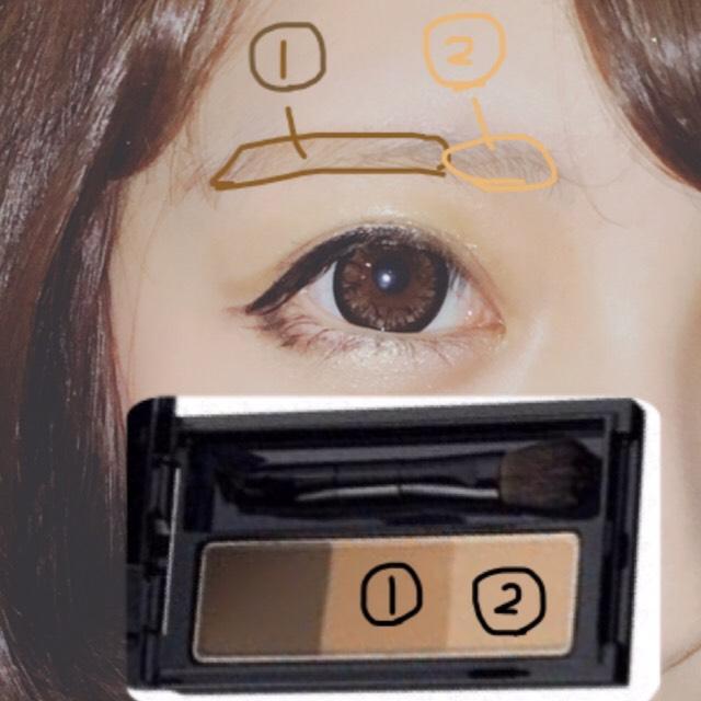 アイブロウパウダーを写真のようにペンシルの間を埋めるように塗ります。  眉マスカラを眉全体に塗ります。