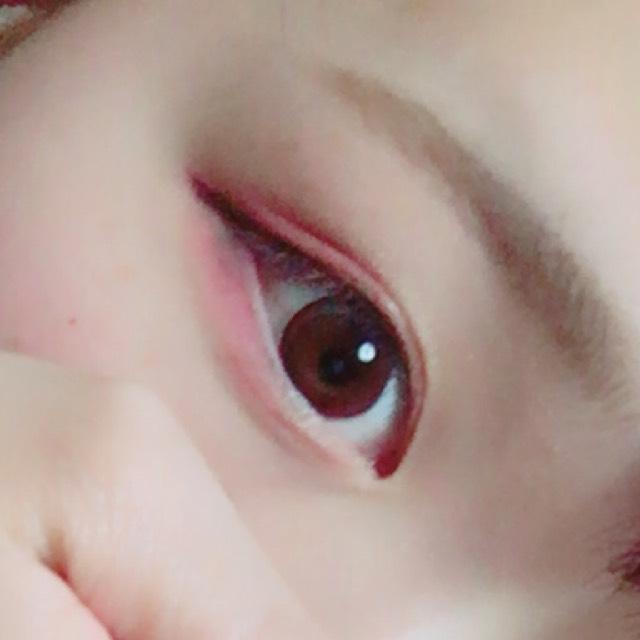 ①アイシャドウの1番下のピンクを瞼全体にのせる。  ②目尻から黒目まで赤のアイシャドウをのせる。