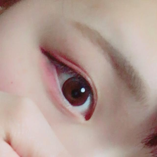 ③先にアイライナー(ブラウン)をタレ目気味に引く。  ④その上をぼかすようにブラウンをのせる。  ⑤下瞼全体にピンクを、目尻から3分の2まで赤をのせる。  ⑥まつげを上げて、ブラウンのマスカラをしゅぱっと!  完成。