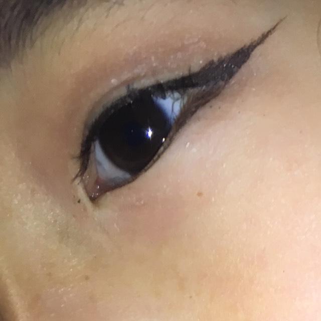 眉毛もばっちり濃ゆくペンシルで塗ったくります。 アイラインも太く意識しました。