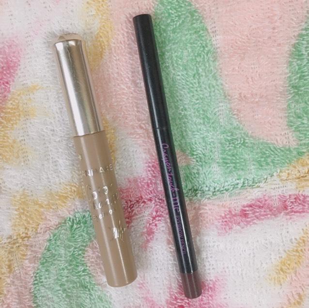 次にペンシルで眉を書きその後に眉マスカラで眉の色を全体的に整えていきます。