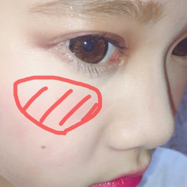 クリームチークを頰の高い位置に塗ります