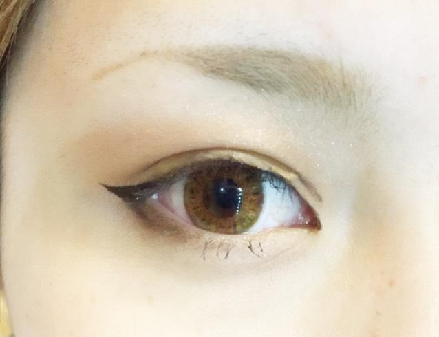 目尻側と目頭側にブラウンのリキッドライナーで線を書き足し、より二重をしっかり見えるように描きます
