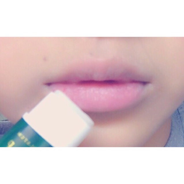 まずコンシーラーやBBクリームでもいいので、唇の色を無くす。透明のリップ(なんでも良い)を塗っておく