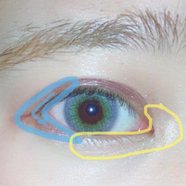 タレ目を意識するように上から続けて三角に書きます。 涙袋は目頭にも入れます