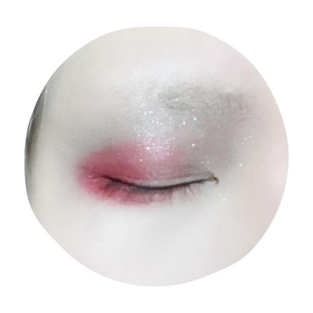 アイホール全体にグレー系のアイシャドウを塗った後目尻側3分の2ほど赤シャドウをのせる。