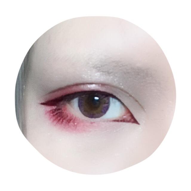 アイプチで二重を広げた後アイラインを描く。切開ラインは鋭く、目尻側ははね上げずオーバーライン気味に。 下目尻側はまつげを描くように。 ダブルラインはリキッドアイブロウで。