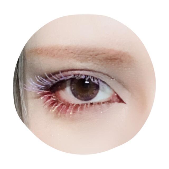 上まつげは紫のカラーマスカラを塗った後ブルー系ラメを乗せる。 ペンシルで眉を目に近くするよう意識して描いた後ピンクのシャドウでメイクの色を統一させる。