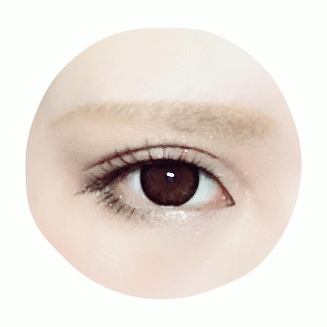 目頭を気持ち丸く囲って、タレ目になるよう下まつげを少し描く(濃くなりすぎないよう) ナチュラルなつけまをつけてマスカラで束感を出す。(つけまは上だけ) 眉は眉尻までしっかり長めに、平行を意識して目に近く描く。