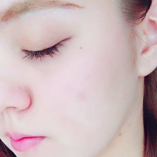 チークは薄く 頬の上から中心までのせて広げなじませます