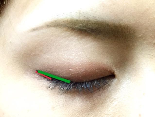 先に引いた跳ね上げラインと黒目の端くらいまでをまっすぐ繋ぎ、中を塗りつぶします