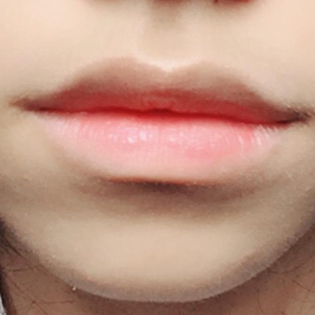 ACクレヨンリップ01(チェリーレッド)を唇の内側に塗り、指で外側に馴染ませます。