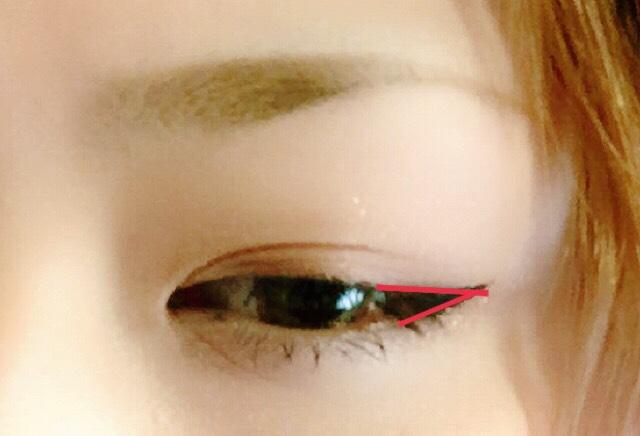 アイラインは目尻から流すように、目を細めるとアイラインと目尻が1線に繋がって見えるように描きます!