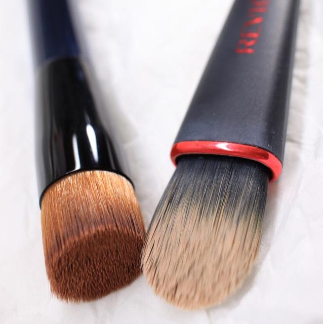 ブラシ リキッドファンデは右で、粉は左で中央→外側を意識しながら少しづつのせます。 厚く塗りすぎるのは厳禁です。出しすぎたファンデは無理に塗らず勿体ないですがティッシュで拭き取り捨てましょう