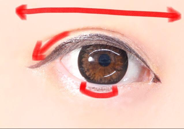 まずブラウンで下書きしたら黒でなぞります。カラコンで割とまんまる目になるので横幅広めに引くように意識すると綺麗なアーモンドっぽくなります。 目尻を下げ、黒目下部分にちょっとラインを引いておくとさらにデカ目効果大です