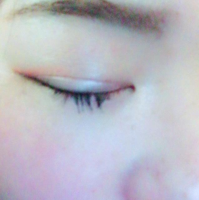 ①眉毛は平行に書いてます。 ②アイホール全体にKATEのピンク系の色を塗ります