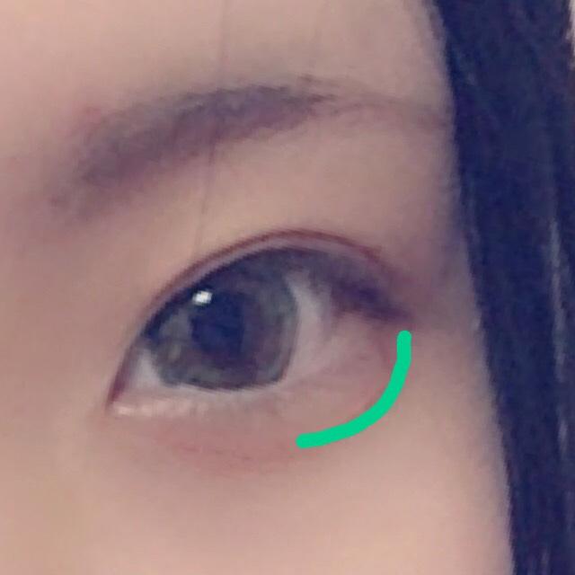 涙袋の影だけを目尻から黒目の中心までうすーくかきます さっき使ったネイビーを1回プッシュで薄く描いたあと、ブラウンのパウダーで馴染ませます
