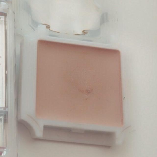 まぶた全体にアイシャドウベースを塗る これです。