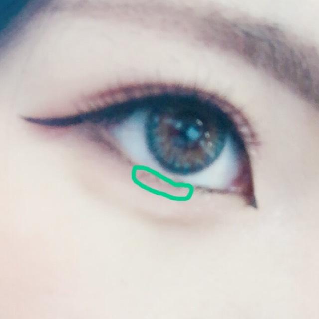 そしたら黒目の下にAを塗ります 目尻に赤などのシャドウを入れるといいかと思います