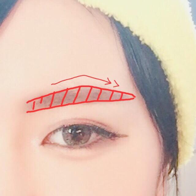 まず眉毛を仕上げます 眉尻寄りの真ん中らへんを山にする感じに書きます 下は平行です ハーフ風なのでガッツリ眉を書きました