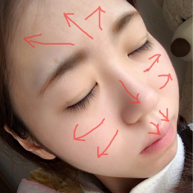 顔全体にクッションファンデーションを塗ります。 叩きこませるように内側から外側に向かって塗っていきます。