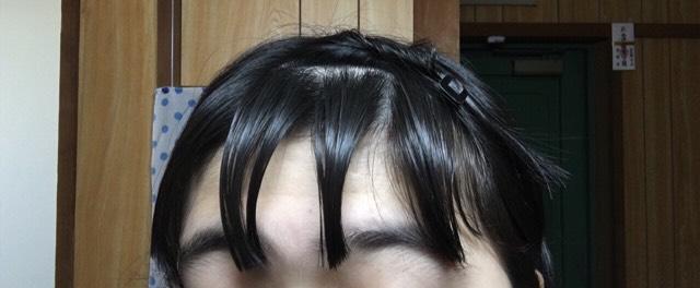 髪を水で濡らしてアイロンで巻きやすいようにわける。