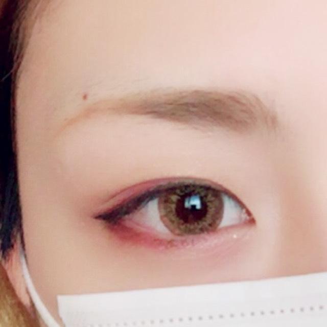 マジョマジョの赤のペンシルで上まぶたはラインの上のから目の真ん中あたりまで、下瞼は目尻三分の一に描き、指でぼかします。