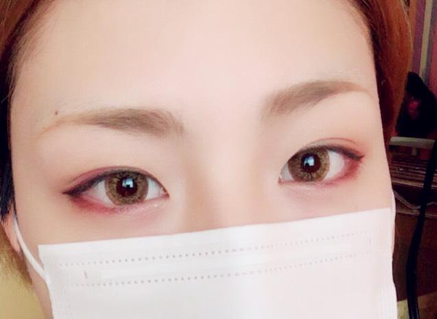 今回は血色を出すために目元に赤を入れましたが、目元をブラウンだけにするときは目の真下にクリームチークを入れて、フェイスパウダーで抑えてあげるとマスクにつきにくいですよ!
