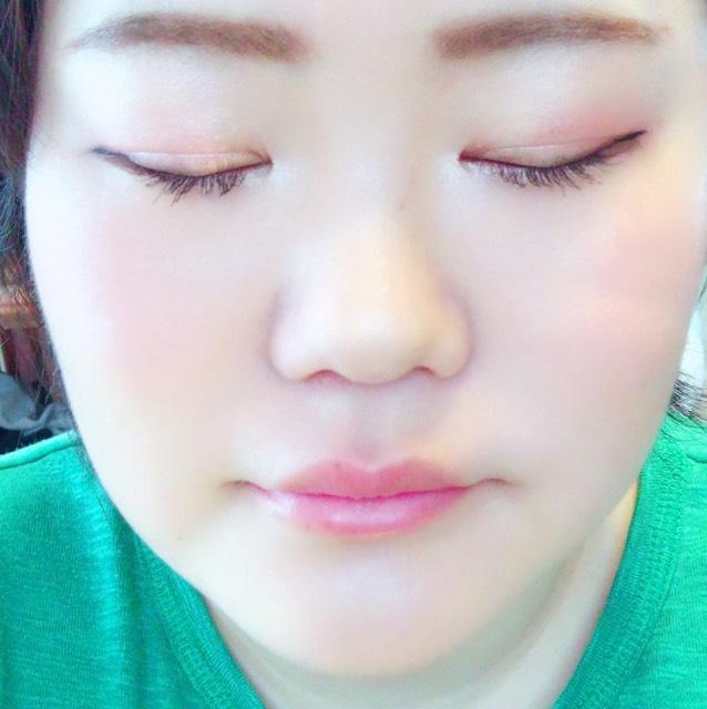 ②アイホールの目尻側に赤のクリームチークを少しだけのせて、内側にぼかします。 ③ピンクのシャドーを真ん中にのせて、外側にぼかします。