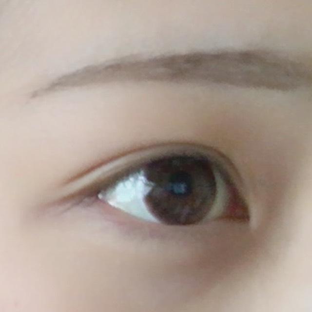 眉毛を書きます。 少しタレ眉目に