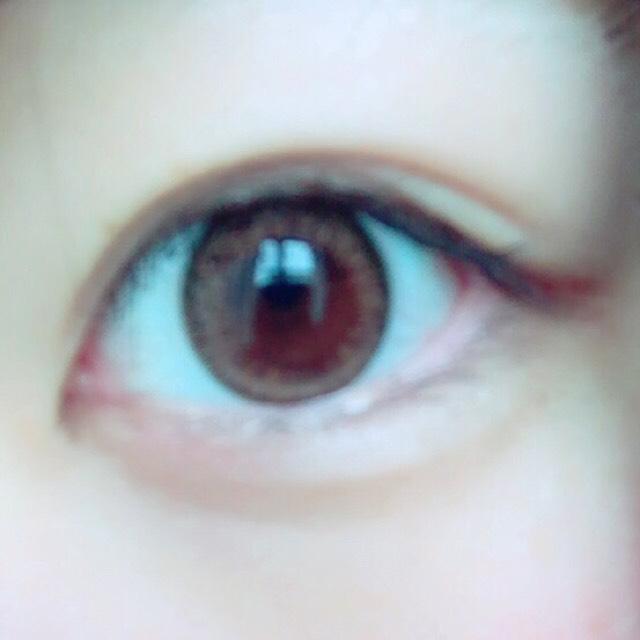 カラコンはeye to eyeのアジアンのヴァージンブラウン。  14.0mm でとてもナチュラル。 フチが少し黒茶っぽくて目ヂカラがupする! 着け心地もいい◎ 1日付けてると少し乾燥するかな〜??ってくらいで目薬1.2回すれば全然気にならないです。  学校でもバレにくいのに盛れます\(^^)/