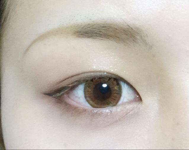 下瞼三分の一にリンメルのアイシャドウ、上から3番目のカラーを塗り、上から二番目のカラーで外側にグラデーションを作ります