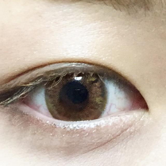 まつげは抜け感を出すために眉マスカラを使い、眉毛と同じ色にします!