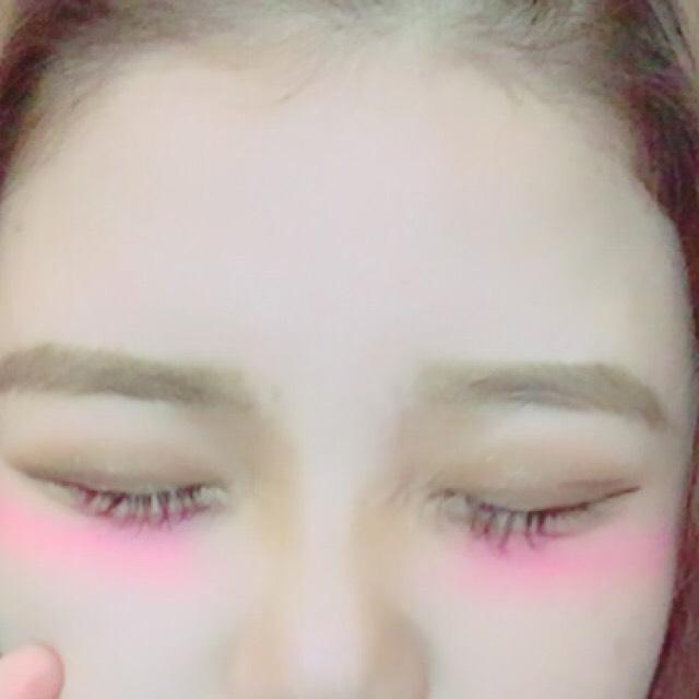 眉毛を平行に書きます ペンシルで眉尻を書いてから前に流す感じでブラシなどでぼかすと自然な眉毛が出来上がります!