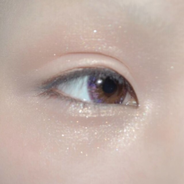 目の周りにパール又は白のラメ感の強いアイシャドウをのせます。