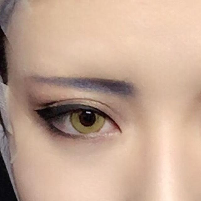 テーピングでつり目にしてアイラインもつり目気味に 眉はつりすぎるとオラオラ系になるのでほとんど角度はつけてません(^¬^) ちょっとでも目力をと思いKATEのブラウンのライナーで目頭付近にダブルラインを引いてます