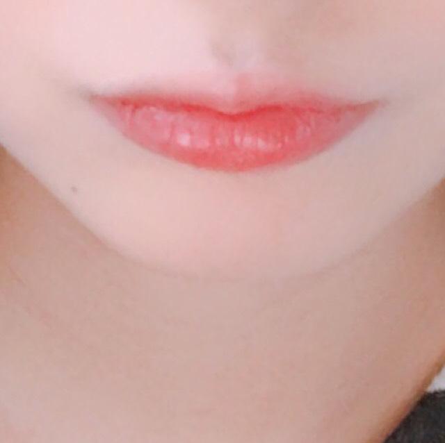 唇は...  コフレドールのリップを全体に塗り。  ロレアルパリのユイルカレスのダークレッドを中心に少しつけ、唇を合わせて馴染ませます。