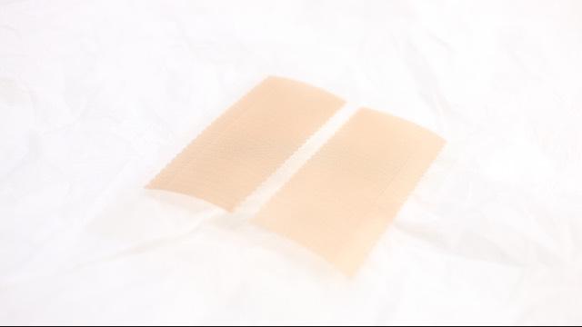二重 カラコンを入れたら二重を作ります。ダイソーの伸びる二重テープが使いやすくて愛用してます。作り方は前回のメイク方法に詳しく書いてあるのでそちらでご確認ください。