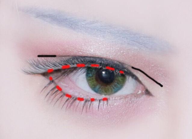 ダブルライン 黒線のところにブラウンラインで二重線を伸ばします。 つけま 赤点部分に目頭側は寝かせ気味で目尻は少し立たせるようにしてつけまをつけます。したつけまは白く塗らないほうが自然です