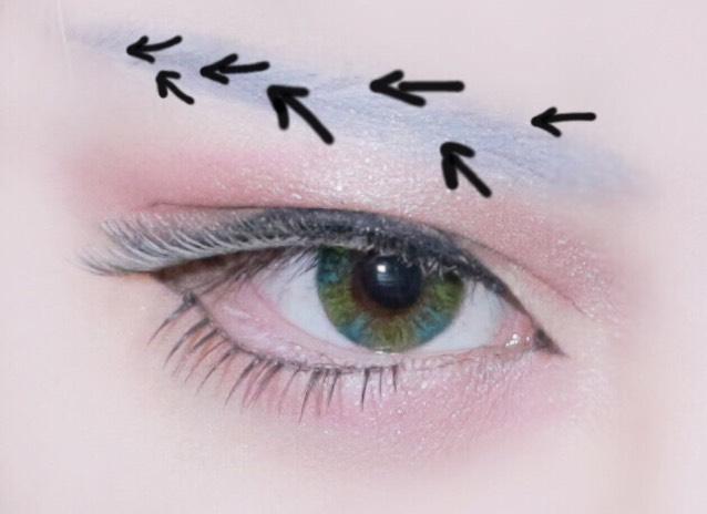 眉毛 ビボのホワイトでまゆを書いたらその上から眉毛のリキッドライナーで矢印の方向を意識して毛を書いていきます。眉毛はアッシュブラウンのものを使うとうまく馴染みやすいです