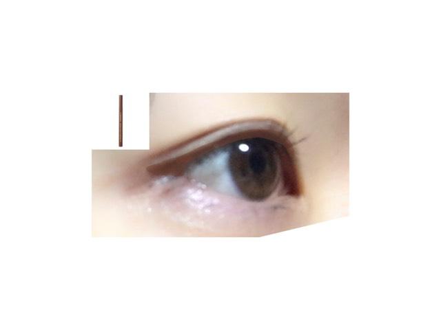 デカ目に見せるからアイライナーでしっかりまつげの隙間を埋めてく 目尻は三角になるように描く