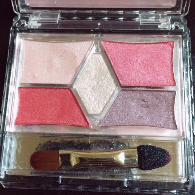 •右上のピンクのカラーを涙袋より少し上に塗る  •真ん中のキラキラを黒目の薄いだけにつける
