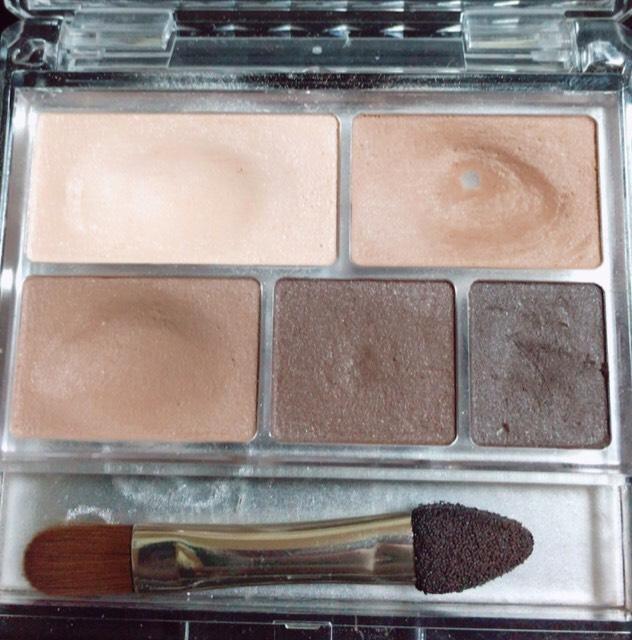 •まず左上のベースを瞼全体に塗る  •次は右上の薄い茶色を二重幅より少し上まで 塗る  •次は左下の右上より少し濃いいろを二重幅に塗る  •右下の1番濃い色はアイライナーをぼかすのに使います