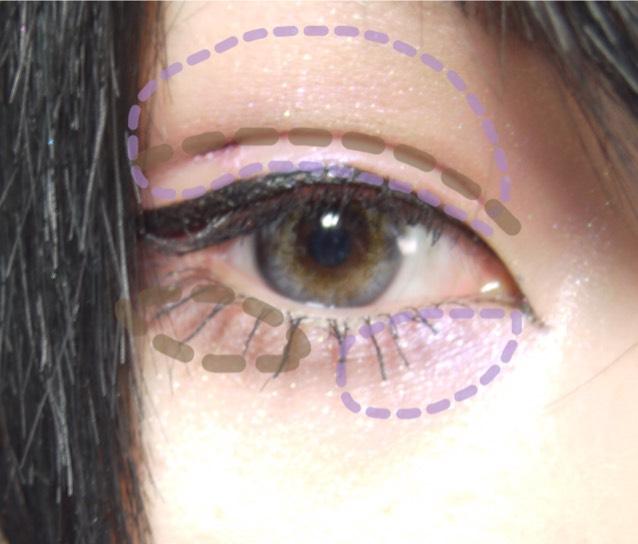 瞼全体に薄くラメ入りの薄めのパープルを塗ります