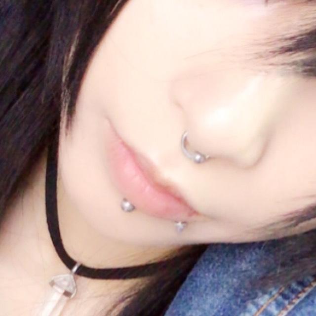唇は若干色が付くくらいの薬用リップを塗ります。